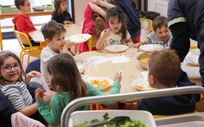 VIDÉO – Découvrez l'organisation mise en place par la municipalité pour assurer le temps de repas à l'école du Lac